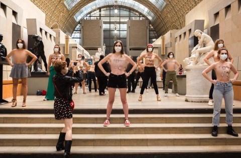 Activistas de Femen protestan en el Museo d'Orsay que negó la entrada a visitante por su escote #VIDEO