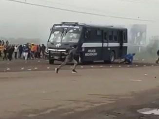 Autobús de policía arroya a estudiantes de Tiripetío, Michoacán #VIDEO