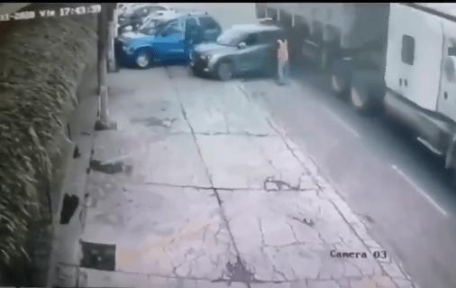 Músico muere prensado en terrible accidente entre tráiler y una camioneta #VIDEO