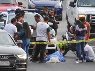 Despachador de gasolina es embestido por cliente que huyó sin pagar
