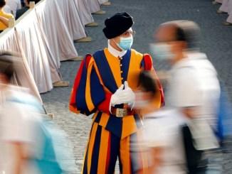 Alerta en el Vaticano tras brote de coronavirus entre guardias suizos