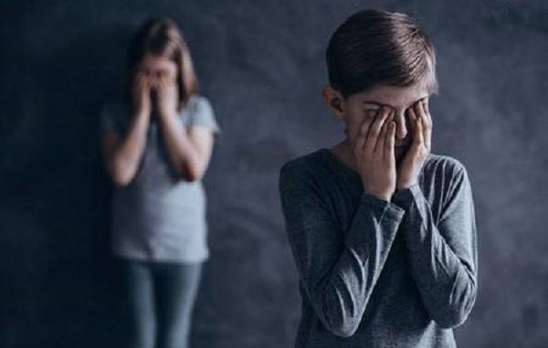Detienen a madre que obligó a sus hijos de 10, 4 y 3 presenciar y sostener encuentros sexuales