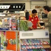 Morena propone que cajeros de tiendas de autoservicio ganen lo mismo que cajeros bancarios