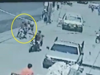 ¡Frente a todos! Bebé es arrebatada de los brazos de su madre y abandonada en las vías del tren #VIDEO