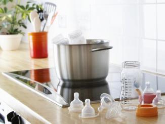 Esterilización y preparación de biberones liberaría altos niveles de plástico