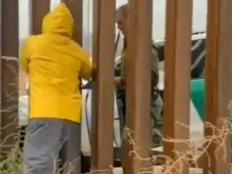 Captan en #VIDEO a agente comprando tamales en plena frontera