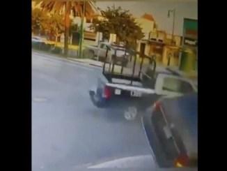 Una persona muere tras choque con patrulla que se pasó el alto #VIDEO