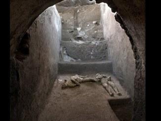 """""""Las víctimas probablemente buscaban refugio en el criptoporticus, en este espacio subterráneo, donde pensaban que estaban mejor protegidas"""", señaló Osanna. En cambio, en la mañana del 25 de octubre del 79 d.C., una """"nube ardiente (de material volcánico) llegó a Pompeya y mató a quien encontró en su camino"""", indicó Osanna. Basándose en la impresión de los pliegues de la tela que quedan en la capa de ceniza, parece que el joven llevaba una túnica corta y plisada, posiblemente de lana. La víctima mayor, además de llevar una túnica, parecía tener un manto sobre el hombro izquierdo. El monte Vesubio es aún un volcán activo. Mientras continúan las excavaciones en el sitio cerca de Nápoles, los turistas actualmente están excluidos del parque arqueológico por las medidas nacionales anti-COVID-19."""