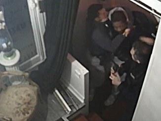 Revelan #VIDEO de policías en Francia dando paliza a un hombre de color