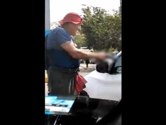 Con pistola, adulto mayor exige limosna a automovilistas en Michoacán #VIDEO