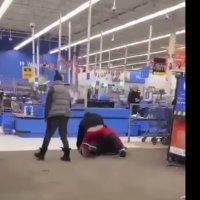 Empleado de Walmart es golpeado brutalmente por cliente al que pidió usar cubrebocas #VIDEO
