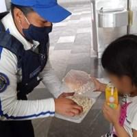 Tras maltratos de madre, pequeña huye de casa para buscar a su papá en el Metro