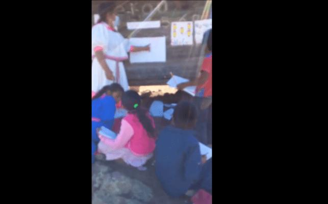 Maestra rarámuri da clases a niños en la Sierra Tarahumara #VIDEO