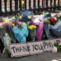 Cartas, flores y lágrimas, así despiden británicos al príncipe Felipe #IMÁGENES