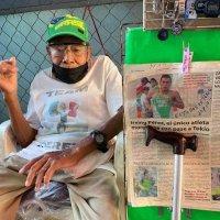 Abuelito decora su puesto para apoyar a su nieto en los Juegos Olímpicos
