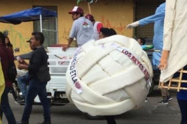 Se viraliza botarga de queso Oaxaca bailando en un funeral #VIDEO