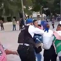 Mujeres comerciantes golpean a funcionaria en Alameda Central #VIDEO