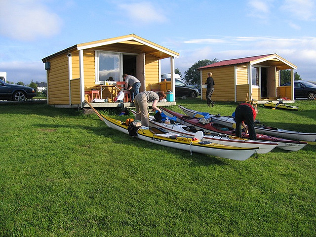 Kajakpackning på Nesna camping. Sjösättning dagen efter.
