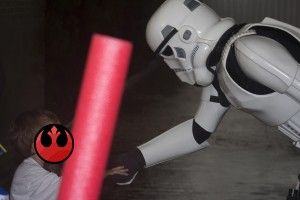 Stormtrooper saludando al cumpleañero