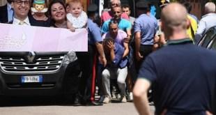 Caserta / San Gennaro Vesuviano – Uccide sua figlia di 16 mesi lanciandola dal balcone, poi tenta il suicidio: 35enne piantonato in ospedale