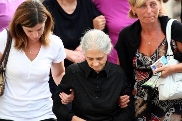 Lucia, l'anziana madre di Bartolomeo Casparrino al funerale del figlio