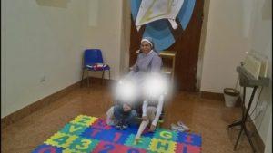 Suor Adriana con alcuni bambini partecipanti all'Operazione Nido