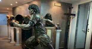Napoli – Omaggio al Diez: donata statua del Pibe de Oro