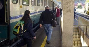 Aversa – Treno devastato dai vandali, linea bloccata per un'ora. Disagi per i pendolari