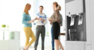 Acqua più sostenibile con un distributore in ufficio