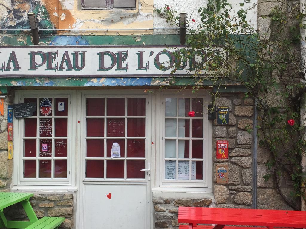 la peau de l ours port louis cafe bar