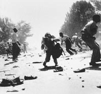 Kevin Carter fotografiado por Ken Oosterbroek, Soweto, abril de 1993
