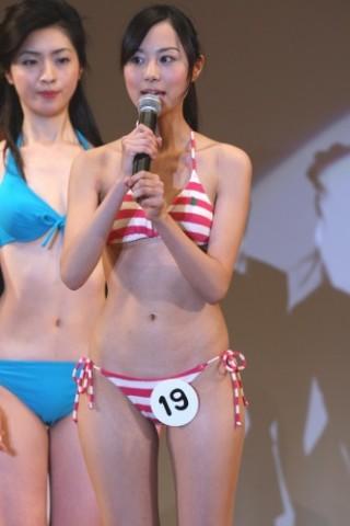 細貝沙羅アナウンサーの水着画像