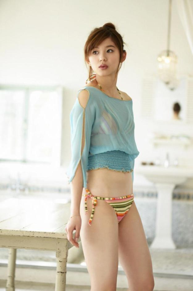 朝比奈彩キャスターの水着画像
