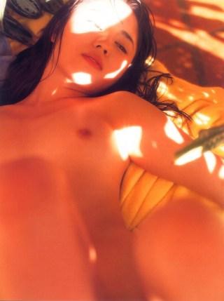 稀崎優目鼻立ちが広瀬すずに激似!おっぱい乳首全裸ヘアヌードエロお宝画像!