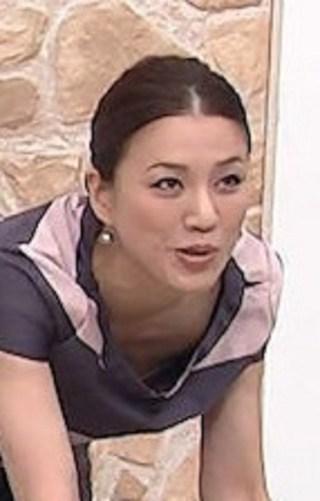 遼河はるひおっぱいの谷間胸チラリ放送事故エロお宝画像