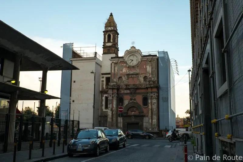 Una chiesetta abbandonata sul lungomare
