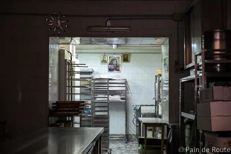 Il retro di una pasticceria dei Quartieri Spagnoli