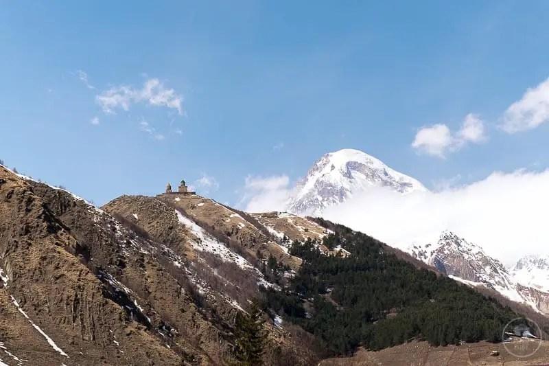 Tsminda Sameba vista da Kazbegi, col monte Kazbek alle spalle