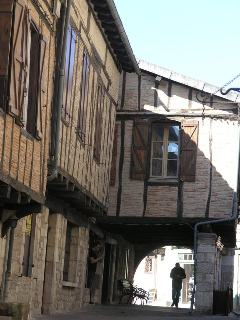 Under the arch fro rue de Commerce