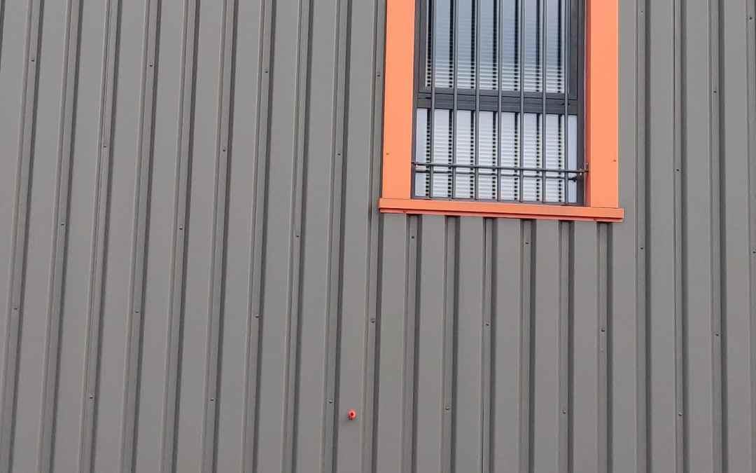 Comment peindre les panneaux de bardage métallique extérieur ?