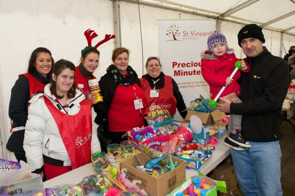 Johnstone xmas lights st vincent's hospice volunteers