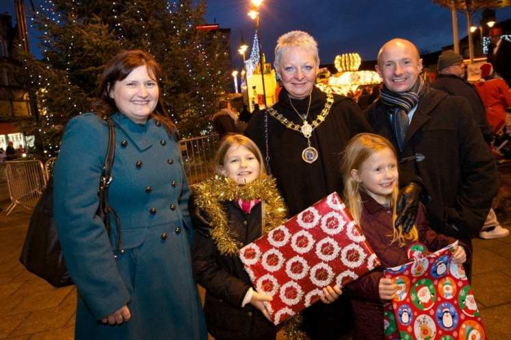 Johnstone xmas lights Provost with Rebecca Lamb and family