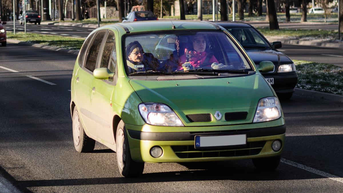 Auto na przejściu dla pieszych
