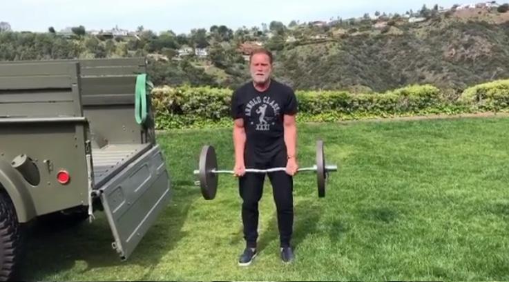 Arnold Schwarzenegger trenuje w domu