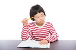 「勉強する女の子勉強する女の子」[モデル:ゆうき]のフリー写真素材を拡大