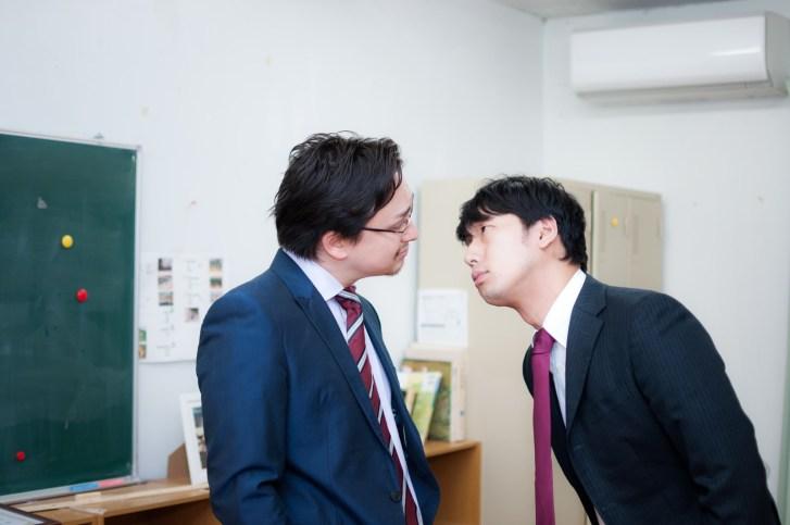 「英語教師にメンチを切る国語教師」[モデル:Max_Ezaki 大川竜弥]