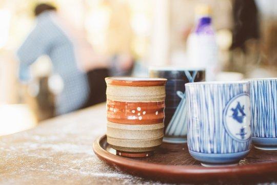 「休憩の時に用意されたお茶の入った湯呑み茶碗」の写真