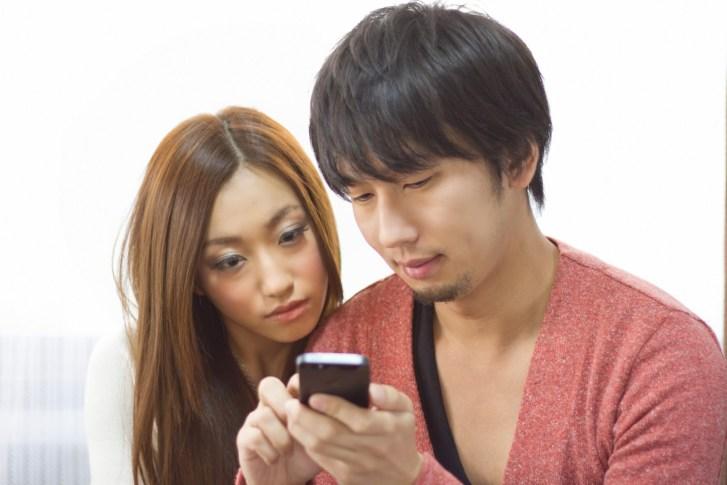 「スマホでショップ情報を確認する恋人」[モデル:大川竜弥 北野佑々]