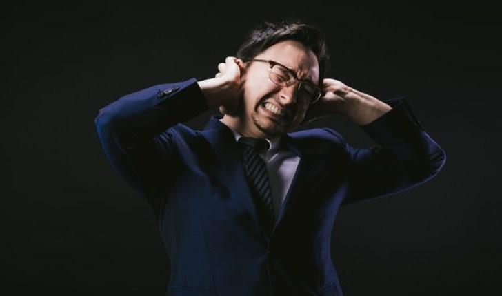 頭痛が痛くて悶え苦しむ外資系社員