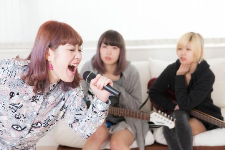 カラオケで熱唱するバンドのボーカル